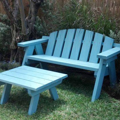 ספסל מעץ בצבע מיוחד לגינות מיוחדות