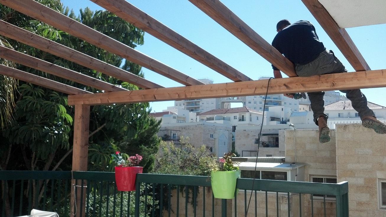 סרטון שלבים של בניית פרגולה מוצלל